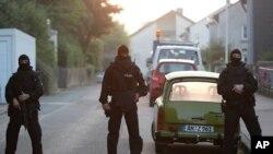 德国特警封锁了在安斯巴赫市音乐节制造爆炸案的炸弹杀手生前在德国南部的家附近的街道。 (2016年7月25日) 。