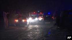 کابل میں جمعرات کی شام کو دھماکے کی جگہ پر ایمبولینسوں اور سیکورٹی فورسز کو دیکھا جا سکتا ہے