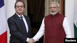 인도를 방문 중인 프랑수아 올랑드 프랑스 대통령이 25일 나렌드라 모디 인도 총리와 만나 악수하고 있다.