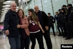 Antonio Ledezma, destituido alcalde de Caracas y líder de oposición venezolano, camina junto a su esposa Mitzy Capriles, y su hija Antonietta,al llegar aeropuerto Adolfo Suárez Madrid Barajas, tras huir del arresto domiciliario en su país. Nov. 18, 2017.
