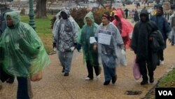 Rosalba Campos de 53 años camina junto a su madre , Ercilia Montasantos de 75 a las afueras del Congreso estadounidense.