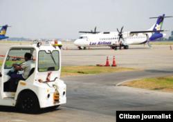ເຮືອບິນ ຂອງລັດວິສາຫະກິດ ການບິນລາວ ຫຼື Lao Airlines ຈອດຖ້າຮັບ ຜູ້ໂດຍສານ ທີ່ສະໜາມບິນນານາຊາດ ວັດໄຕ ໃນນະຄອນຫຼວງວຽງຈັນ