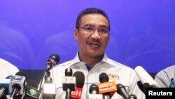 Malezya Ulaştırma Bakanı Hişamuddin Hüseyin açıklamalarda bulunurken