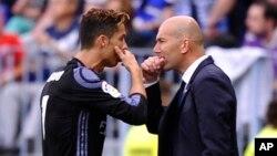 Cristiano Ronaldo de Real Madrid discute avec son coach Zinedine Zidane lors d'un match de la Liga contre Malaga, à Malaga, Espagne, 21 mai 2017.