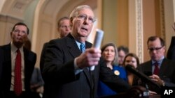 Ketua mayoritas Senat AS Mitch McConnell berbicara kepada media di gedung Capitol, Washington DC.