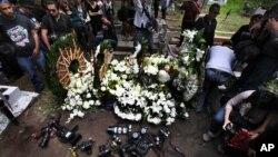 Para wartawan menghadiri acara pemakaman juru foto Ruben Espinosa di Mexico City Agustus tahun lalu. Espinosa tewas akibat dibunuh.