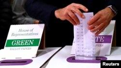 Thủ tướng Úc Malcolm Turnbull bỏ phiếu cho cuộc tổng tuyển cử tại trường công Double Bay ở Sydney, Úc, ngày 2 tháng 7 năm 2016.