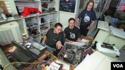 Kelompok peretas menyerang situs internet dengan cara membanjirinya dengan lalulintas internet (foto: ilustrasi).