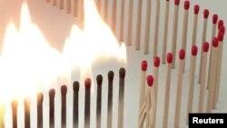 Foto cuplikan adegan sebatang korek yang menjaga jarak dari korek-korek lainnya sebagai upaya meningkatkan kesadaran tentang wabah virus corona. Video itu buatan seniman Juan Delcan dan istrinya, Valentina Izaguirre, 15 Maret 2020. (Foto: @Juan_Delcan via Reuters)