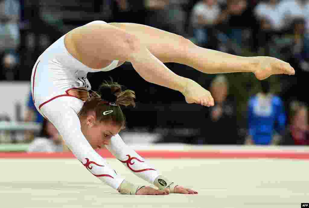 ژیمناست سوئیسی کاترينا باروگليو در مسابقات مقدماتی ورزشهای زمينی برای مسابقات قهرمانی ژيمناستيک هنری زنان اروپا در مونت پليه (جنوب فرانسه).