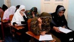 بربنیاد آمار رسمی حکومت افغانستان همین اکنون ۶۱ درصد شهروندان افغان بیسواد اند.