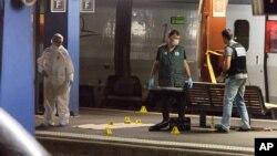 Pihak berwajib melakukan pemeriksaan terhadap kereta dari Amsterdam tujuan Paris setelah laporan adanya penembakan di stasiun Arras, Perancis utara (21/8).