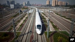 中国高速动车试行从北京开往上海。中国铁道部的负债增长超过资产增长(2011年6月27日)