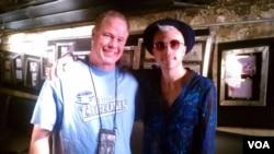 "Pevač ""Neon Trees"" Tajler Glen sa voditeljem emisije Border Crossing Lerijem Londonom."