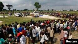 Des personnes déplacées attendent une distribution de nourriture au stade Socati de Bangui, le 14 déc. 2013