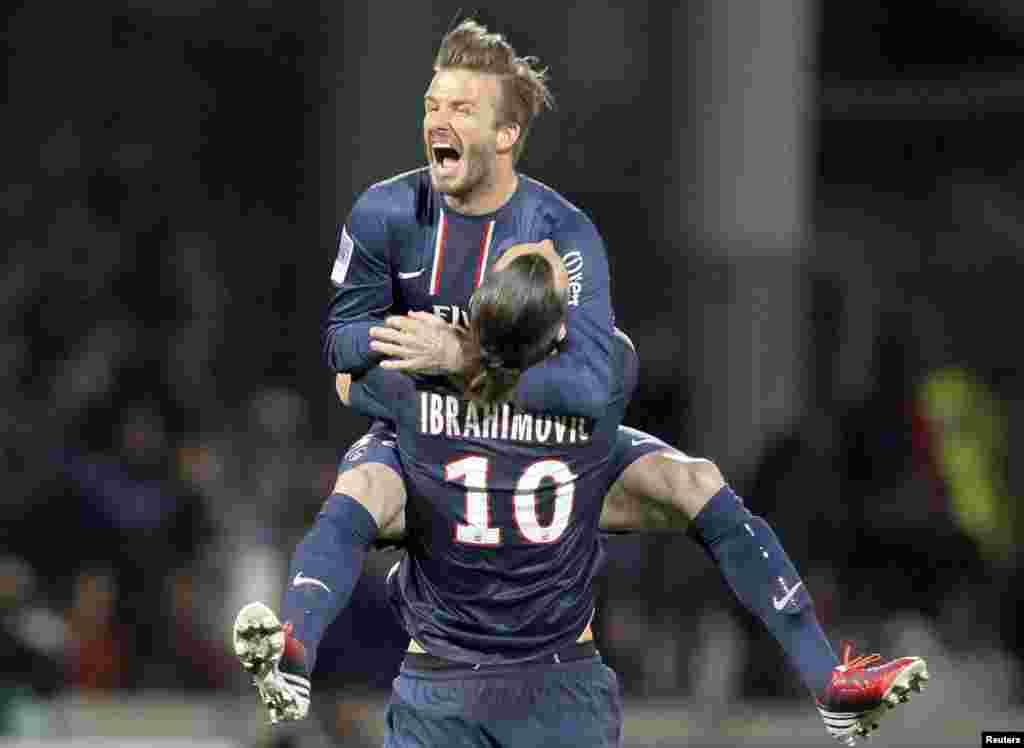 Zlatan Ibrahimovic e David Beckham do Paris Saint-Germain celebram no final da partida da primeira divisão da Liga Francesa contra o Olympique Lyon em Lyon (12 Maio de 2013)