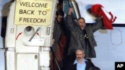 지난 1981년 1월 이란에 444일간 억류됐다 풀려난 미국인들이 독일 프랑크푸르트 공항에 도착한 후 환호하고 있다.