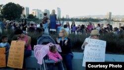 Nối vòng tay lớn bên bờ hồ ở Oakland để phản đối Trump. (Ảnh: Bùi Văn Phú)