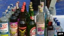 Deretan botol minuman alkohol yang akan dimusnahkan di sebuah kantor polisi di Jakarta, 15 Juni 2015. (Foto: dok).