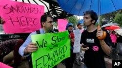 6月10日美國紐約聯合廣場公園﹐有支持者舉牌讚揚斯諾登,認為他是一個勇於挑戰美國政府的英雄。
