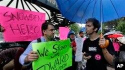 纽约一些示威者拿着支持斯诺登的标语。2013年6月10日