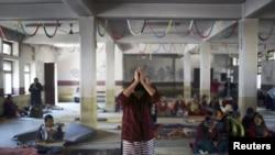 在加德满都,一名藏族妇女在同情西藏的暴力受害者和自焚抗议者的活动中祈祷