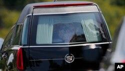 Mobil pembawa peti jenazah Bobbi Kristina Brown meninggalkan upacara pemakamannya di Alpharetta, Georgia (1/8). (AP/John Bazemore)