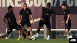Samuel Umtiti, Lucas Digne, Ousmane Dembele et Lionel Messi lors d'un entraînement du FC Barcelone au centre sportif FC Joan Gamper à Sant Joan Despi, Barcelone, 8 septembre 2017