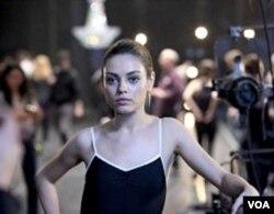 Mila Kunis berperan sebagai Lily, balerina saingan Nina.