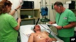 뇌수막염으로 입원 치료를 받고있는 환자.