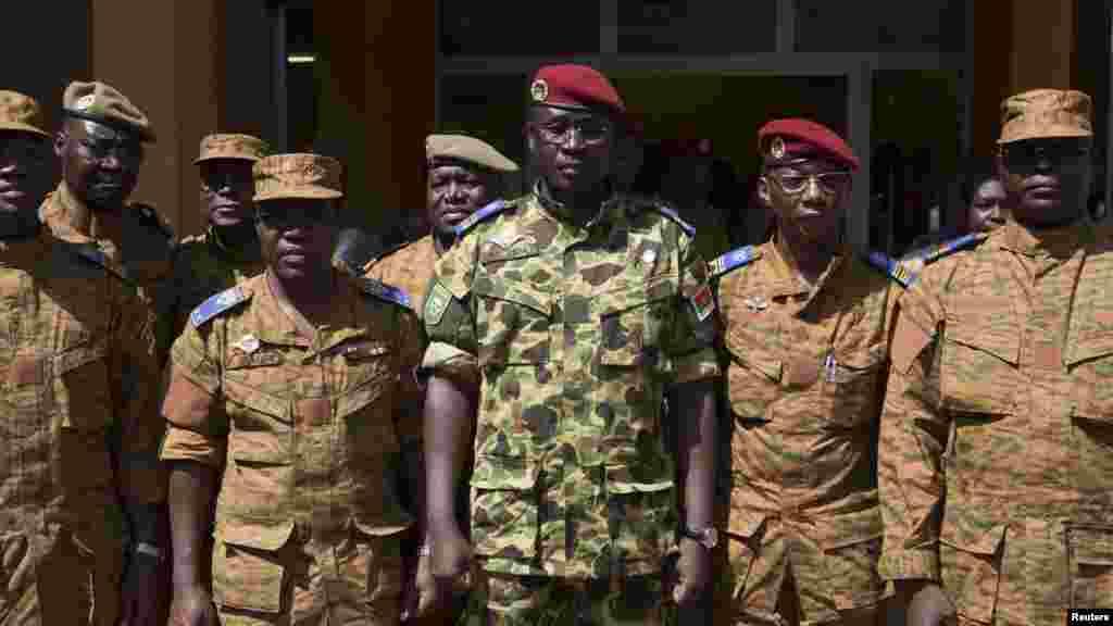 Le lieutenant-colonel, Yacouba Isaac Zida, au centre, le numéro deux de la garde présidentielle (Régiment de la sécurité présidentielle) déclare avoir pris le pouvoir aux côtés d'autres officiers de l'armée burkinabè, Ouagadougou, 1 novembre 2014. REUTERS/Joe Penney