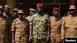 Trung tá Isaac Yacouba Zida (giữa) sau một cuộc họp báo ở Ouagadougou, thủ đô của Burkina Faso, 1/11/2014.