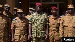 Le lieutenant-colonel Yacouba Isaac Zida (C) prend une photo après une rencontre de l'armée, 1er novembre 2014.