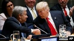 """Generalni sekretar UN Antonio Guterres rukuje se sa predsjednikom Trumpom na predstavljanju inicijative """"Globalni poziv na akciju"""" 24. septembra 2018."""