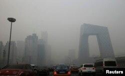 Xe cộ lưu thông trên đường phố trong khói mù dày đặc tại Bắc Kinh.