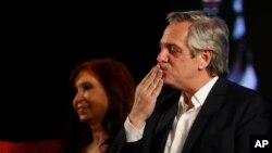 El candidato presidencial peronista Alberto Fernández da un beso a los partidarios después de que el presidente en ejercicio, Mauricio Macri, aceptara la derrota al final del día de las elecciones en Buenos Aires, Argentina.