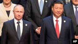 Tổng thống Nga Vladimir Putin và Chủ tịch Trung Quốc Tập Cận Bình chụp ảnh chung với các nhà lãnh đạo thế giới hôm 14/5.