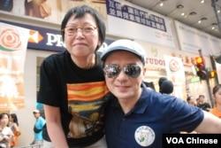 香港歌手黃耀明(右)參加今年71大遊行,與工黨立法會議員何秀蘭合照