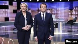 Emmanuel Macron et Marine Le Pen quelques minutes avant le débat de l'entre-deux-tours à Paris, le 3 mai 2017.