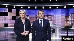 Emmanuel Macron dan Marine Le Pen beberapa menit sebelum debat di Paris, 3 Mei 2017.