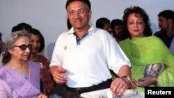زریں مشرف (بائیں) فائل فوٹو