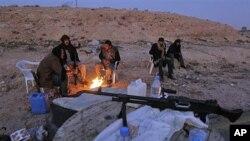 利比亞反對派正在防守卡扎菲軍隊向東部進攻