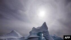 Một tảng băng trôi ngoài khơi đảo Ammassalik ở Đông Greenland, 19/7/2007