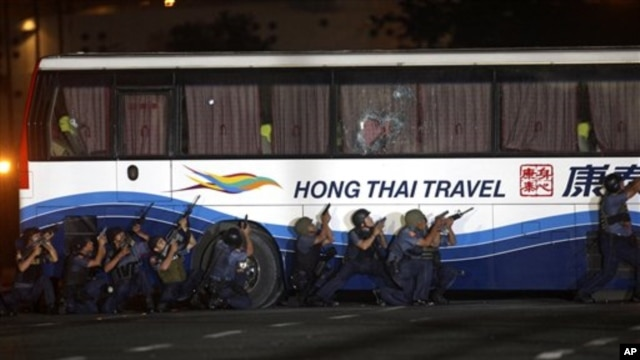 Police and SWAT members assault a tourist bus to rescue hostages at Manila's Rizal Park Monday, 23 Aug 2010