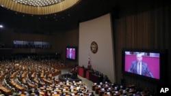 도널드 트럼프 미국 대통령이 8일 한국 국회에서 연설하고 있다.