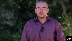Warga AS, Luke Somers meminta untuk bantuan untuk bisa bebas dalam video yang dirilis Al Qaida di Semenanjung Arab hari Kamis (4/12).