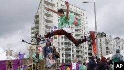 Jay Jones dan para pengisi acara upacara pembukaan Olimpiade Musim Panas tanggal 27 Juli mendatang, sedang berlatih di London (16/7).