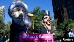 Thành viên của nhóm vận động quốc tế Avaaz tham gia cuộc tuần hành với mặt nạ của Tổng thống Iran Hassan Rouhani và Tổng thống Mỹ Barack Obama bên ngoài trụ sở Liên Hiệp Quốc ở New York, ngày 24/9/2013.