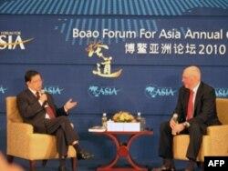 保尔森(右)和龙永图在博鳌论坛上对话