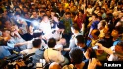 10月3日在旺角的佔中者被反佔中者襲擊的衝突中,警方抬走一名傷者